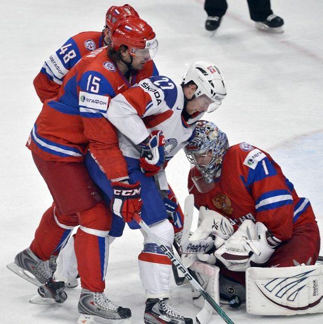 Zleva ruští hráči Jevgenij Birjukov, Alexandr Svitov, norský útočník Martin Roymark a ruský brankář Semjon Varlamov z Ruska.