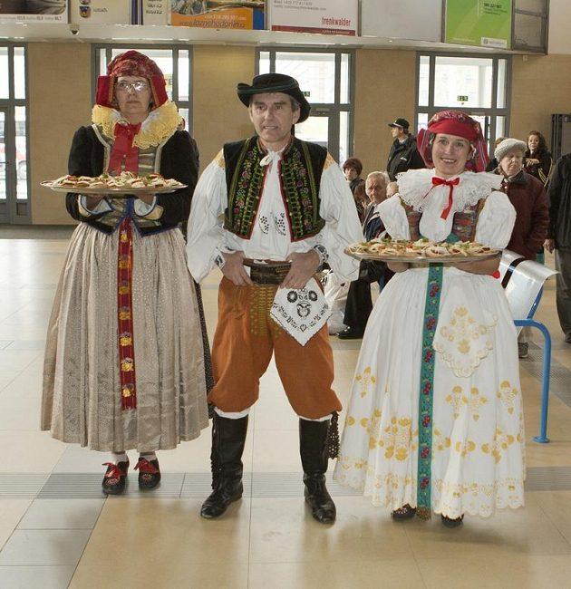 Uvítací delegace pro českou fotbalovou reprezentaci na olomouckém nádraží.