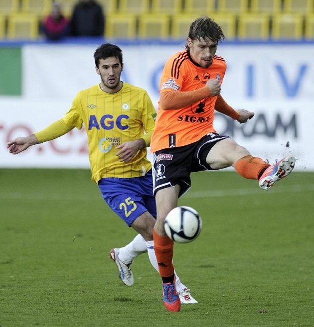 Aleš Škerle z Olomouce odkopává míč před Aidinem Mahmutovičem z Teplic.