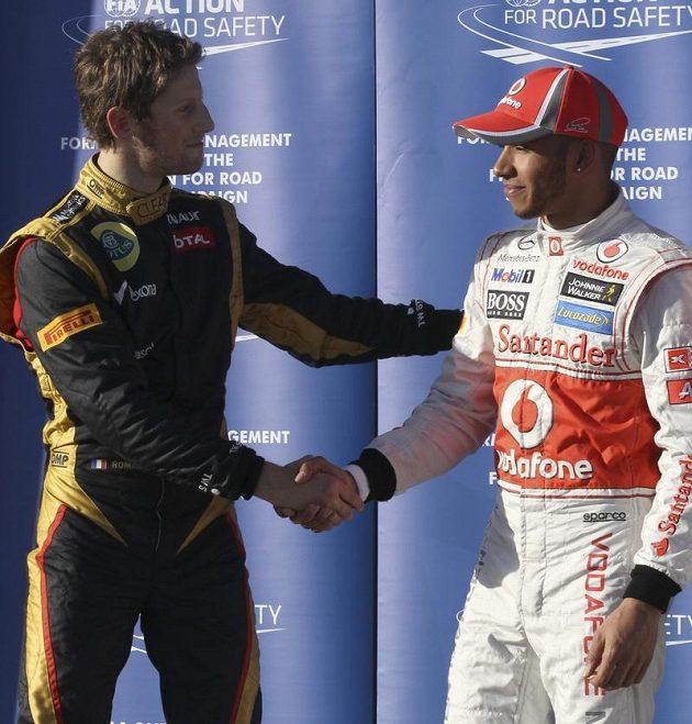 Překvapení australské kvalifikace Romain Grosjean gratuluje Lewisi Hamiltonovi k pole-position.