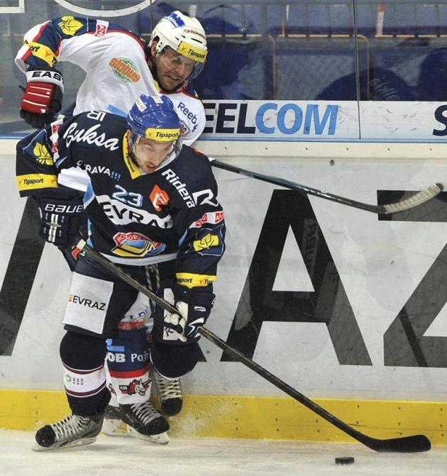 Pardubický obránce Václav Kočí (vlevo) a útočník Vítkovic Ondřej Roman, který svým gólem otevřel skóre zápasu