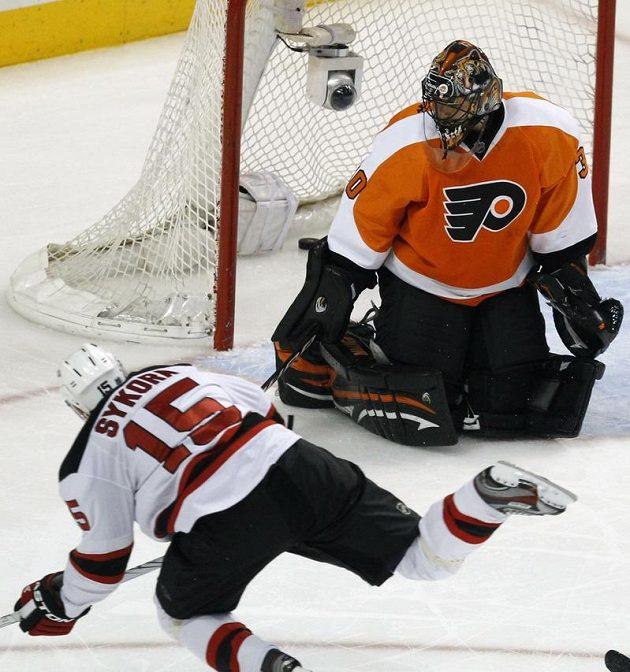 Petr Sýkora z New Jersey překonává gólmana Philadelphie Ilju Bryzgalova v úvodním utkání druhého kola play-off NHL.