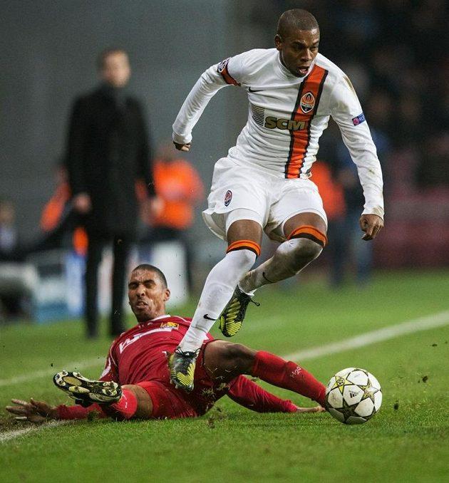 Luiz Adriano uniká obránci Nordsjaellandu Patrickovi Mtiligovi.