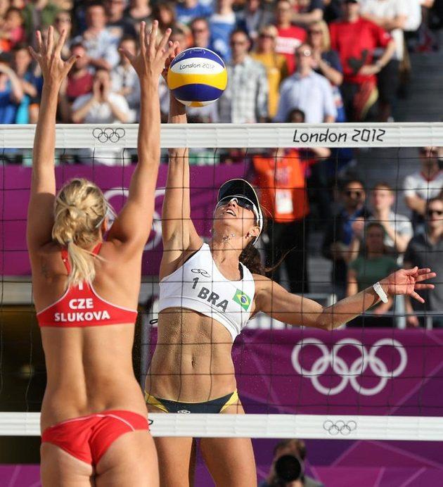 Markéta Sluková (vlevo) blokuje v osmifinále olympijského turnaje smeč Brazilky Antonelliové.