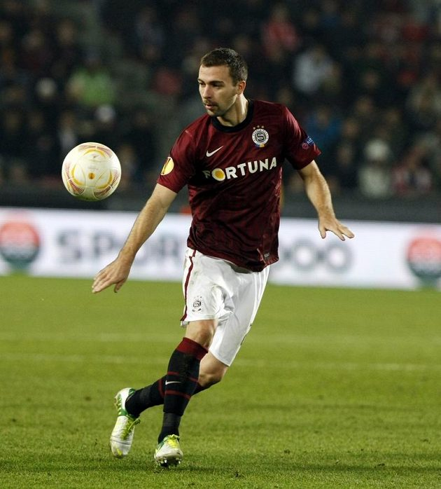 Sparťan Josef Hušbauer zpracovává míč v utkání s Lyonem.