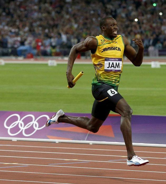 Jamajský sprinter Usain Bolt finišuje se štafetovým kolíkem na trati 4x100 metrů.