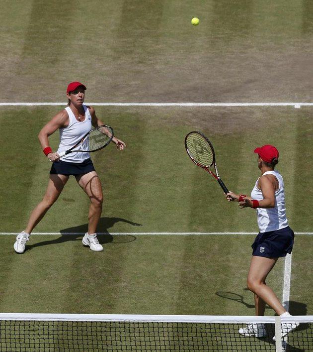 Liezel Huberová (vlevo) a Lisa Raymondová v utkání proti českému páru Andrea Hlaváčková, Lucie Hradecká.