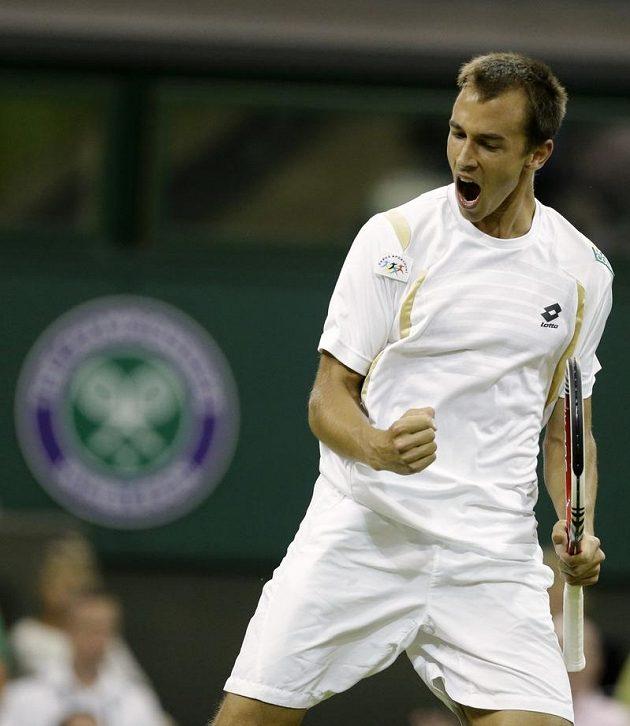 Lukáš Rosol se raduje z vítězství nad Rafaelem Nadalem ve Wimbledonu