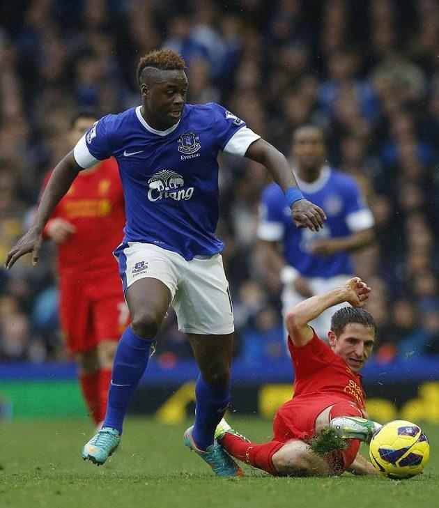 Magaye Gueye z Evertonu v souboji s Joem Allenem z Liverpoolu.