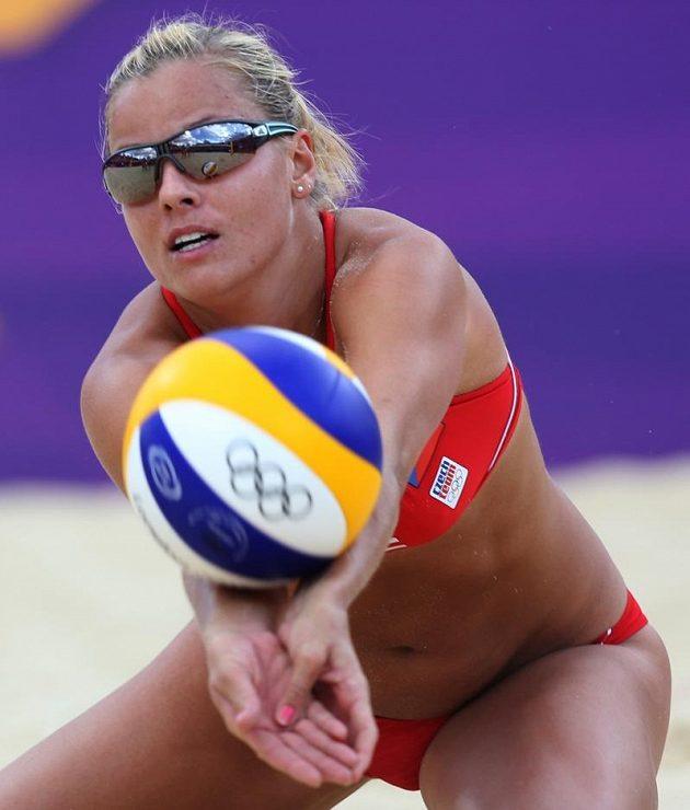 Markéta Sluková odehrává míč v osmifinále olympijského turnaje.