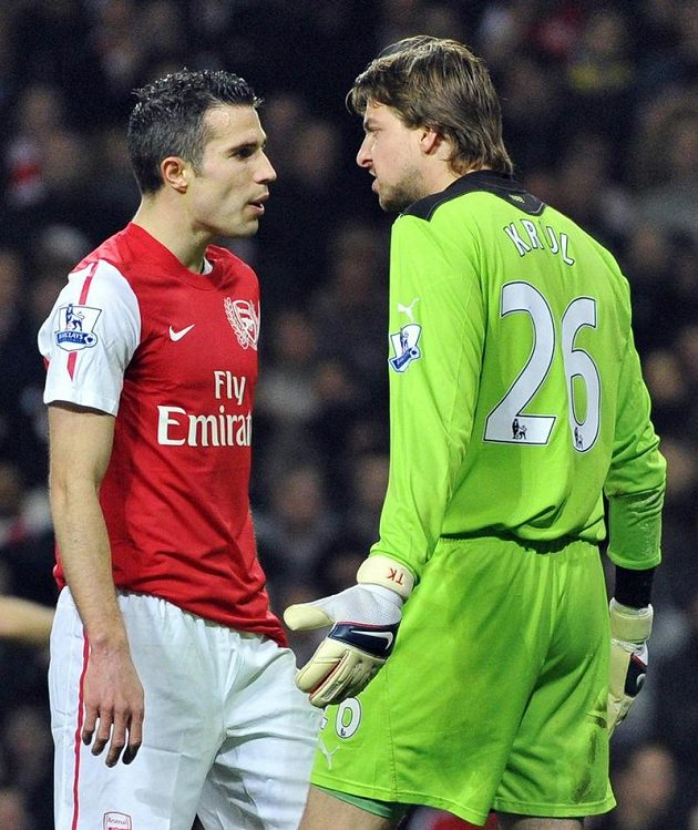 Robin Van Persie z Arsenalu (vlevo) ve při s gólmanem Newcastlu a svým krajanem Timem Krulem.
