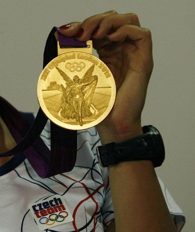 Detail zlaté olympijské medaile skifařky Miroslavy Knapkové