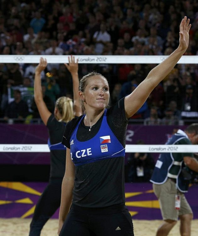 Kristýna Kolocová (vpředu) s Markétou Slukovou se po čtvrtfinále loučí s olympijským turnajem a skvělými diváky v beachvolejbalovém areálu v Horse Guards Parade.
