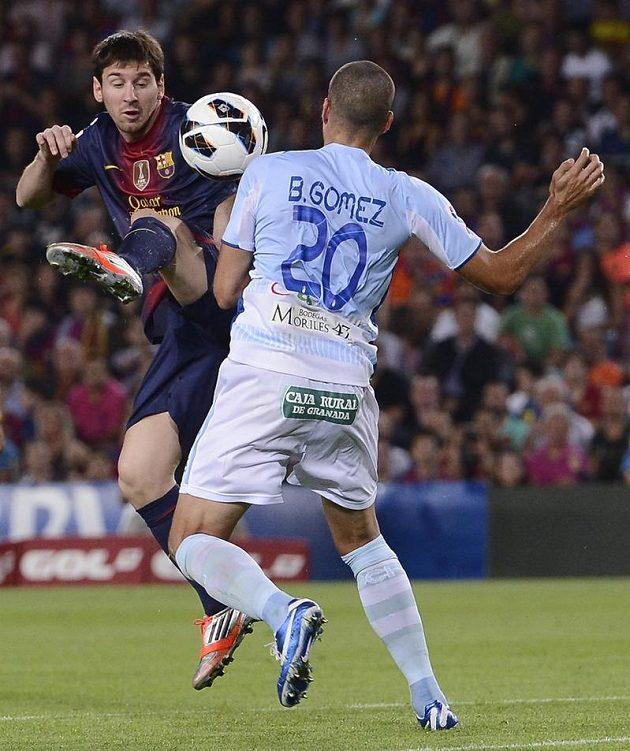 Barcelonský Lionel Messi (vlevo) v souboji s granadským Borjou Gomezem.