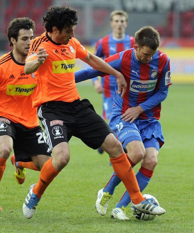 Plzeňský útočník Marek Bakoš (vpravo) si kryje míč před olomouckým Danielem Rossim.