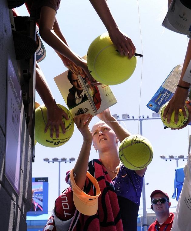 Petra Kvitová se podepisuje fanouškům na Australian Open