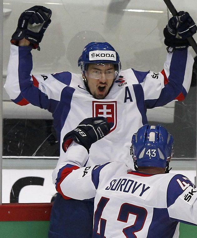 Miroslav Šatan se raduje ze své branky proti Kanadě.