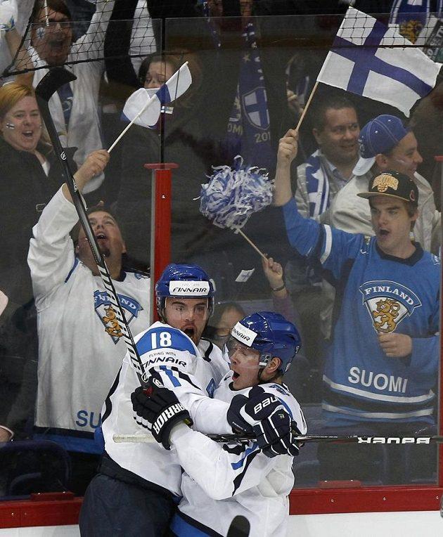 Střelec úvodní branky Jesse Joensuu (vlevo), Petri Kontiola a finští fanoušci jásají