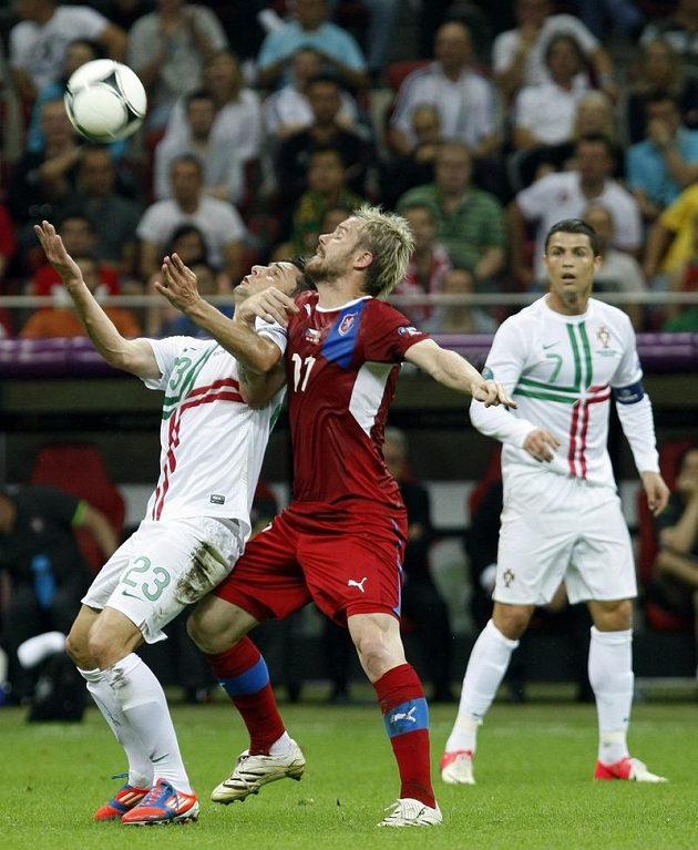 Tomáš Hübschman bojuje o míč s Portugalcem Hélderem Postigou, vzadu přihlíží Cristiano Ronaldo