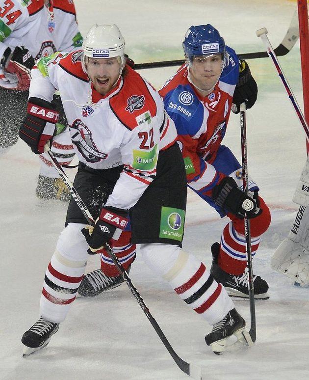 Souboj dvojice českých hokejistů v KHL - zleva Lukáš Kašpar z Doněcku a Ondřej Němec z HC Lev Praha.