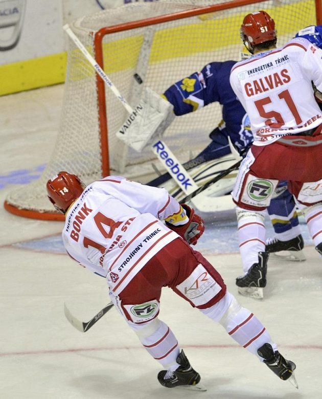 Radek Bonk (s číslem 14) střílí vedoucí gól Třince v Kladně.