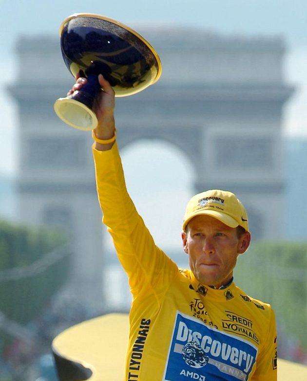 Lance Armstrong s trofejí pro vítěze Tour de France z roku 2005.
