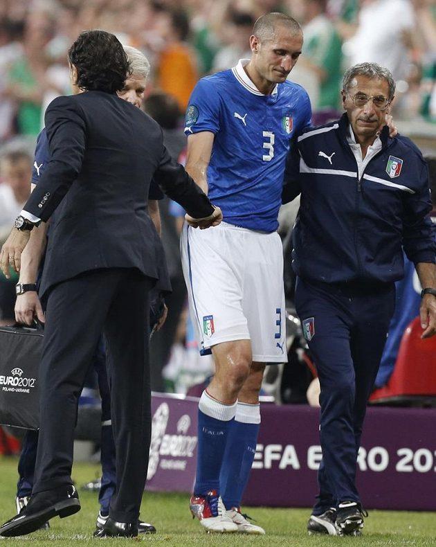 Střídající Ital Giorgio Chiellini si podává ruku s trenérem Cesare Prandellim.