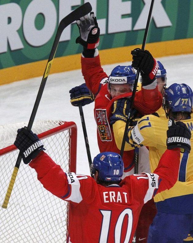 Martin Erat s Milanem Michálkem oslavují gól proti Švédsku.
