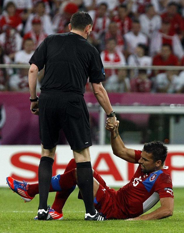 Milan Baroš na trávníku po jednom ze soubojů v utkání proti Polsku.