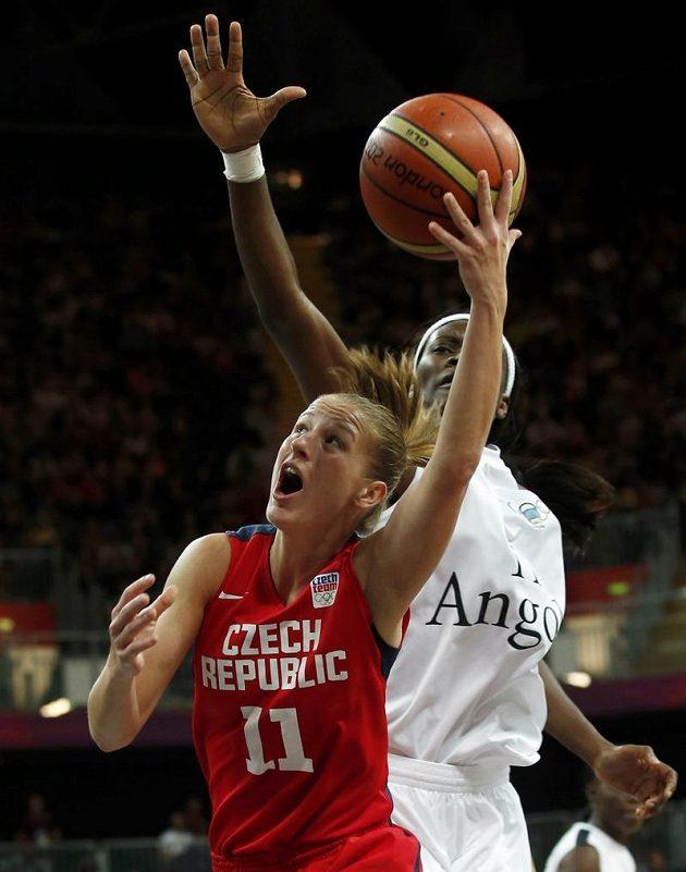 Kateřina Elhotová v zápase s Angolou.