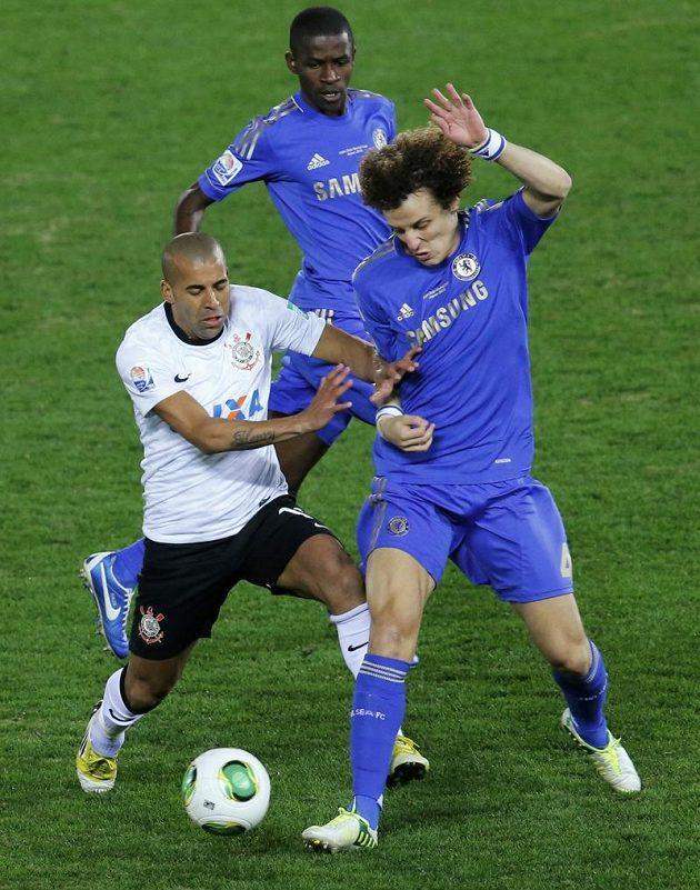 Londýnský David Luiz v souboji s Emersonem z brazilského Corinthians.