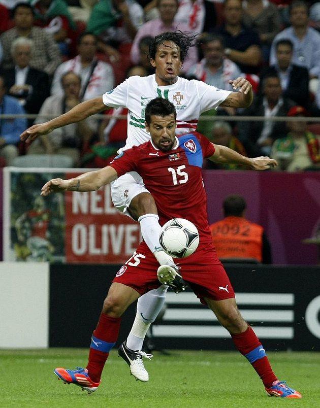 Milan Baroš v přetahované o míč s portugalským stoperem Brunem Alvesem