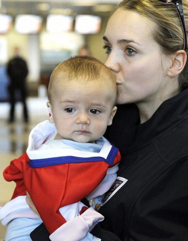 Lucie Vondráčková, manželka kapitána hokejové reprezentace Tomáše Plekance, se synem Matyášem po příletu z MS