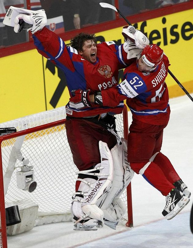Ruský gólman Semjon Varlamov a Sergej Širokov jásají po finálové váhře nad Slovenskem