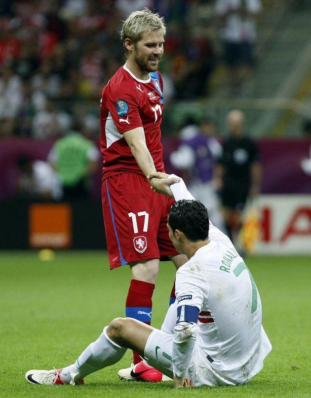 Tomáš Hübschman pomáhá vstát Cristianu Ronaldovi z Portugalska ve čtvrtfinále EURO 2012 v polské Varšavě