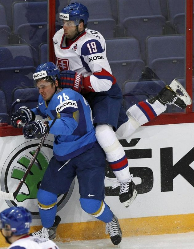 Tomáš Starosta (vpravo) a Konstantin Savenkov z Kazachstánu během utkání.