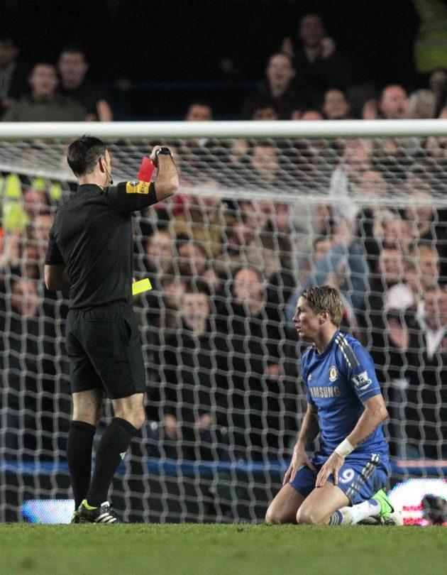 Rozhodčí Mark Clattenburg vytahuje červenou kartu pro útočníka Chelsea Fernanda Torrese (vpravo).