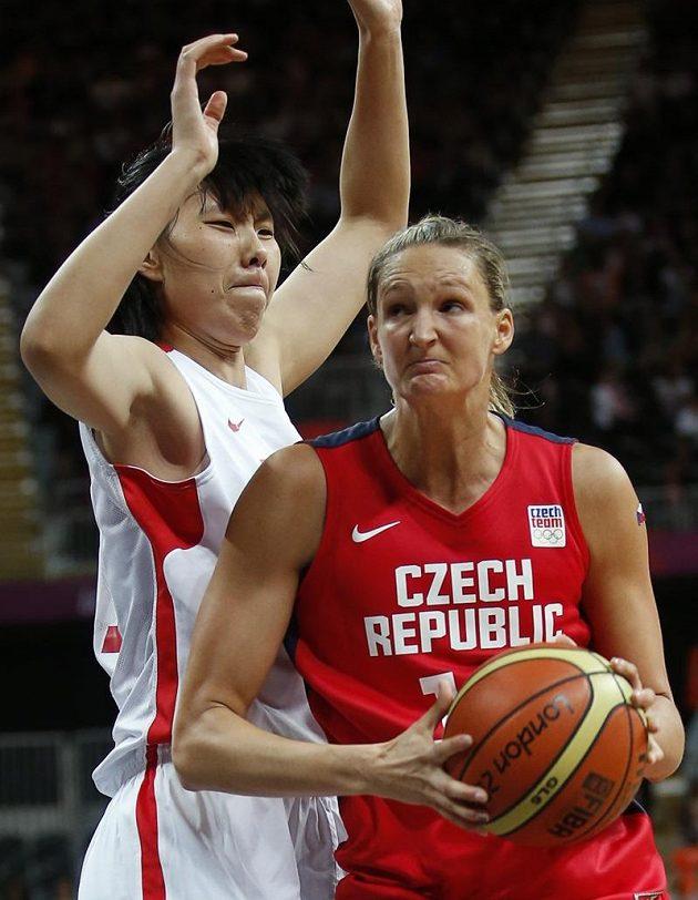 Česká basketbalistka Petra Kulichová během zápasu s Čínou.