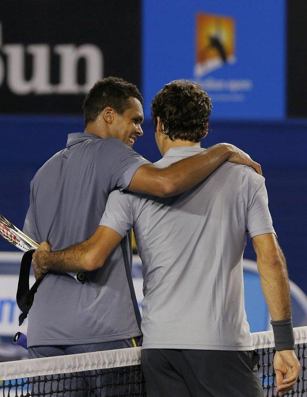 Čtvrtfinále tenisového Australian Open je u konce. Francouz Jo-Wilfried Tsonga (vlevo) se objímá se Švýcarem Rogerem Federerem.