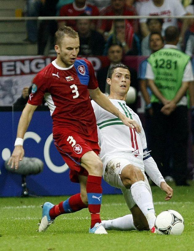 Cristiano Ronaldo se snaží zastavit akci Michala Kadlece