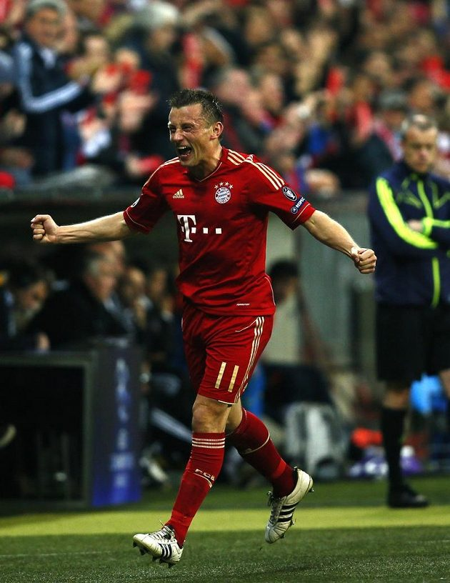 Ivica Olič v dresu Bayernu Mnichov se raduje z branky.