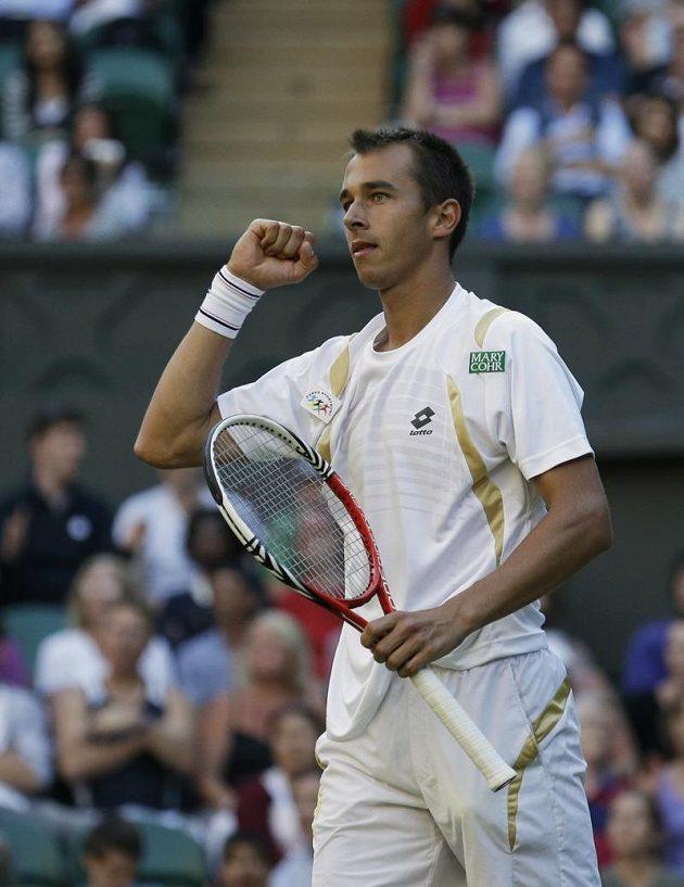 Lukáš Rosol se raduje po jedné z výměn v utkání s Rafaelem Nadalem.