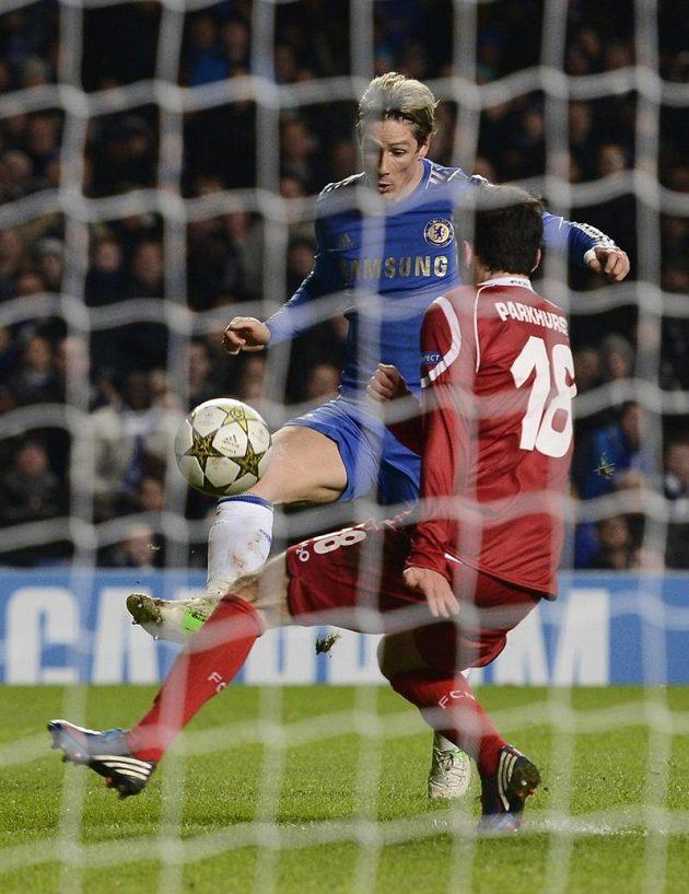 Fernando Torres střílí čtvrtý gól Chelsea do branky Nordsjaellandu.