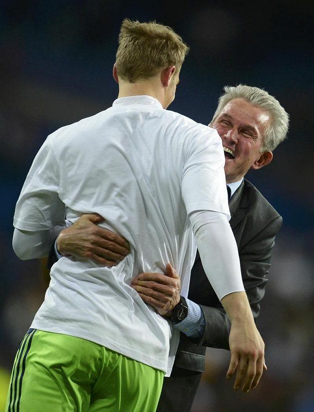 Hrdina semifinálové odvety Ligy mistrů Manuel Neuer se objímá s koučem Bayernu Juppem Heynckesem.