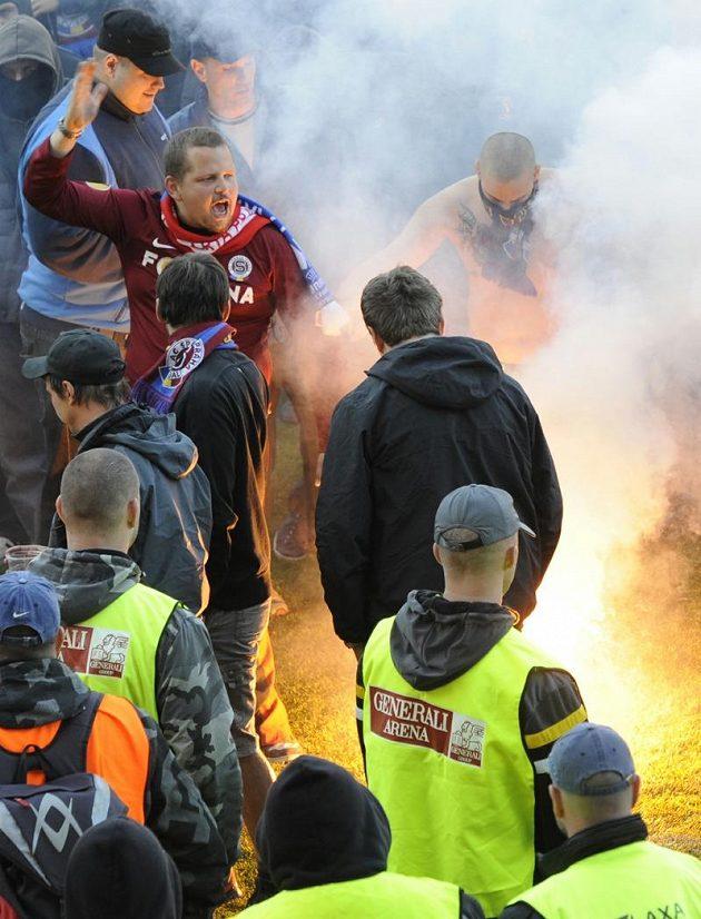 Sparťanští fanoušci po zápase s Českými Budějovicemi na ploše letenského stadiónu.