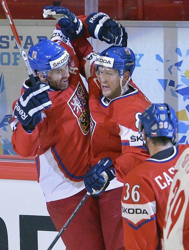 Petr Nedvěd se raduje z gólu Aleše Hemského (uprostřed) proti Norsku.