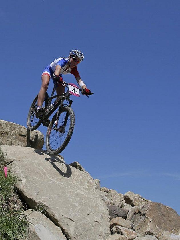 Francouzka Julie Bressetová překonává jednu z obtížných technických pasáží olympijské trati.