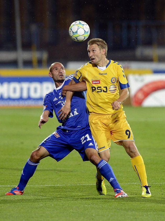 V souboji o míč jihlavský Marek Jungr (vpravo) a Michal Vepřek z Olomouce