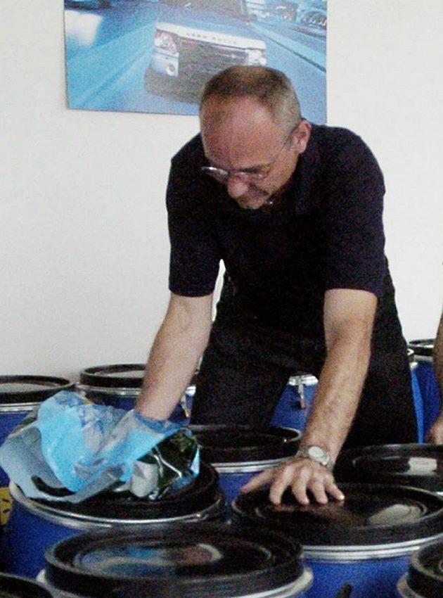 Horolezec Milan Sedláček kompletuje výbavu pro expedici (archivní snímek)