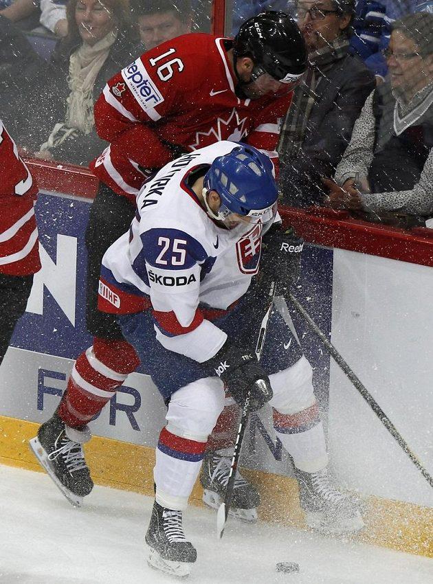 Kanaďan Andrew Ladd (vlevo) v souboji s Markem Hovorkou ze Slovenska.